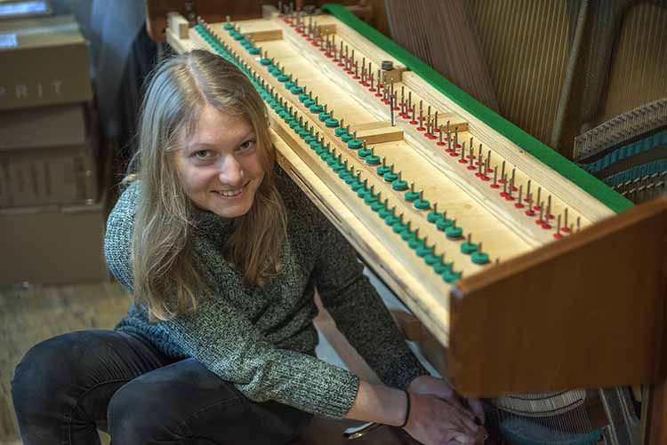 Klavierbauerin in der Ausbildung im Klavierhaus Labianca in Offenburg