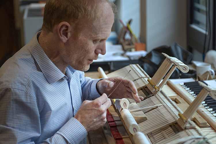 Zeigt die Arbeit eines Klavierbauers im Klavierhaus Labianca in Offenburg